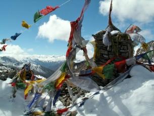 DRAPEAUX DE PRIERES - NYELE LA PASS, 4880M, SNOWMAN TREKKING, BHOUTAN.