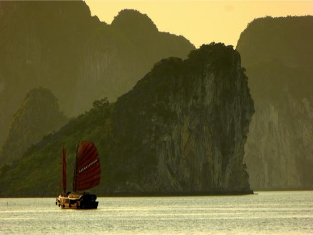 Coucher de soleil dans la Baie d'Halong, Vietnam